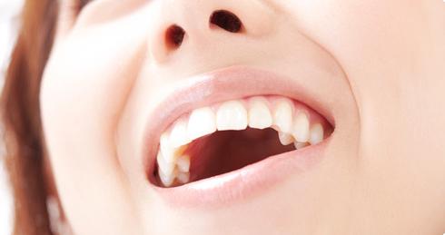 白い歯で笑う女性